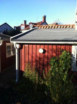 """Referensjobb """"Vi fick i uppgift att renovera ett tak i mycket dåligt skick. Detta på grund av ett träd som under lång tid legat mot taket och orsakat fuktproblem"""" utfört av City Bygg i Kalmar"""
