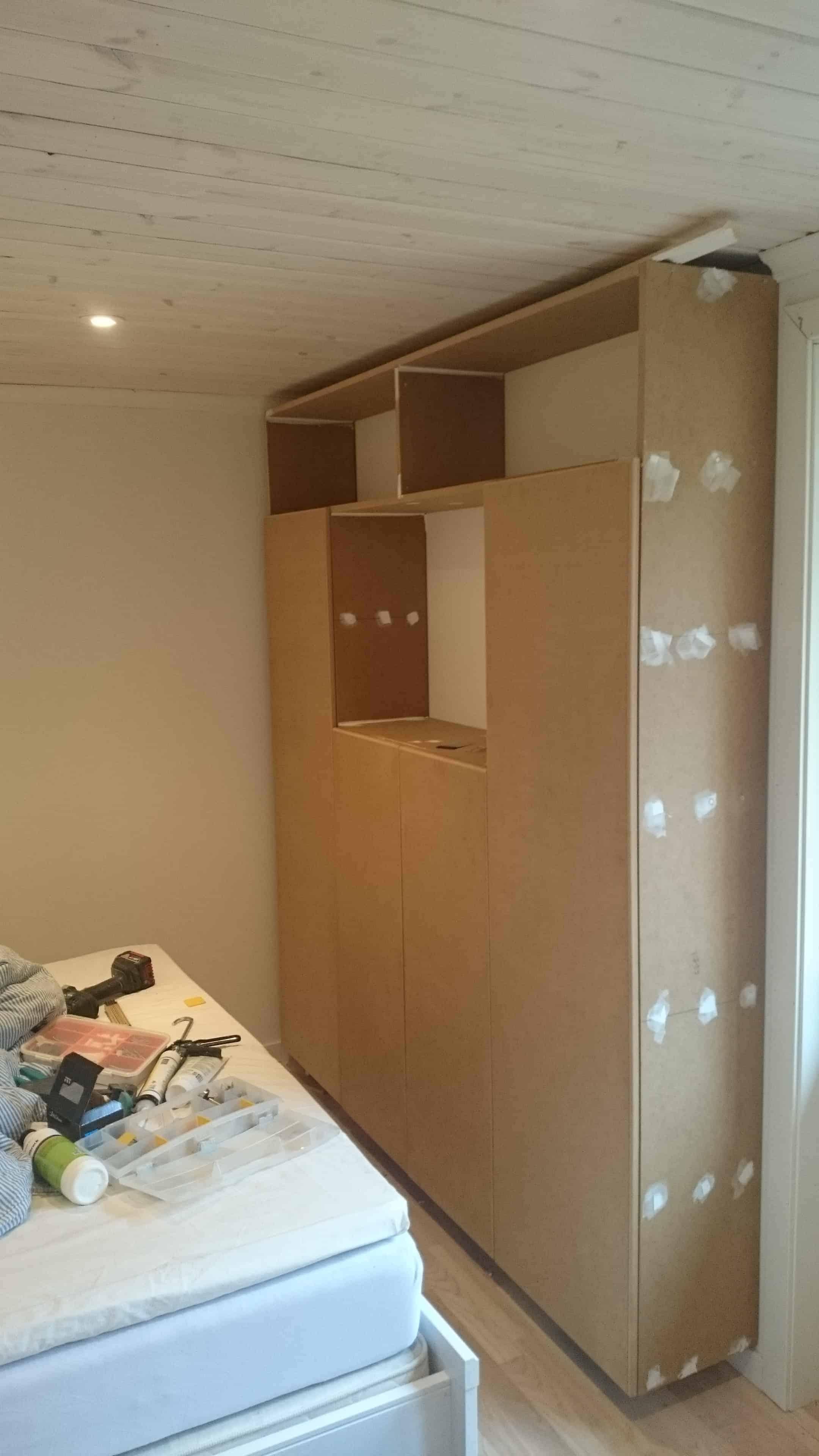 """Referensjobb """"Platsbyggd garderob med plats för tv och stereosystem  och bokhylla på övervåningen """" utfört av Aspviksbygg Entreprenad Handelsbolag"""