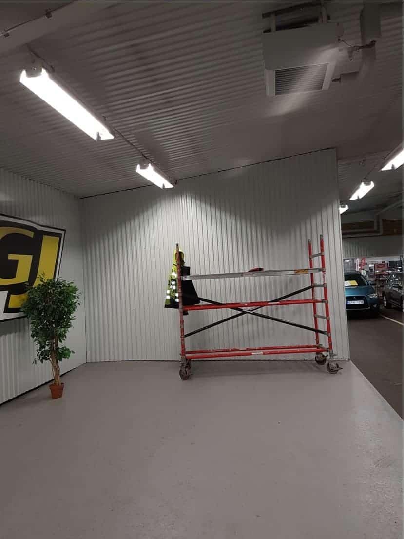 """Referensjobb """"Montering av skärmvägg till GJ Bil Eskilstuna"""" utfört av Jumo Alltjänst AB"""