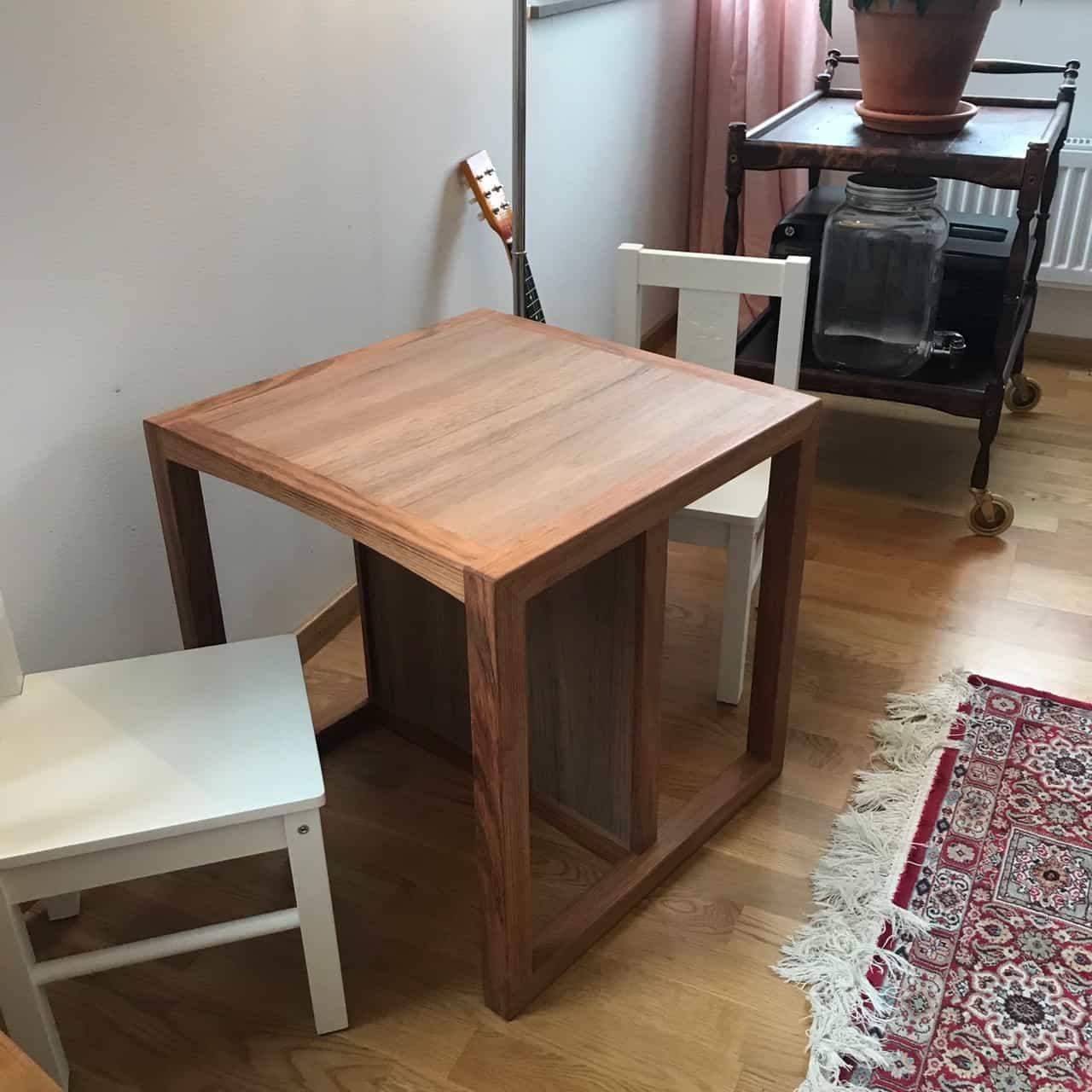 """Referensjobb """"Multifunktionell barnstol/bord"""" utfört av Eklund Finsnickeri AB"""