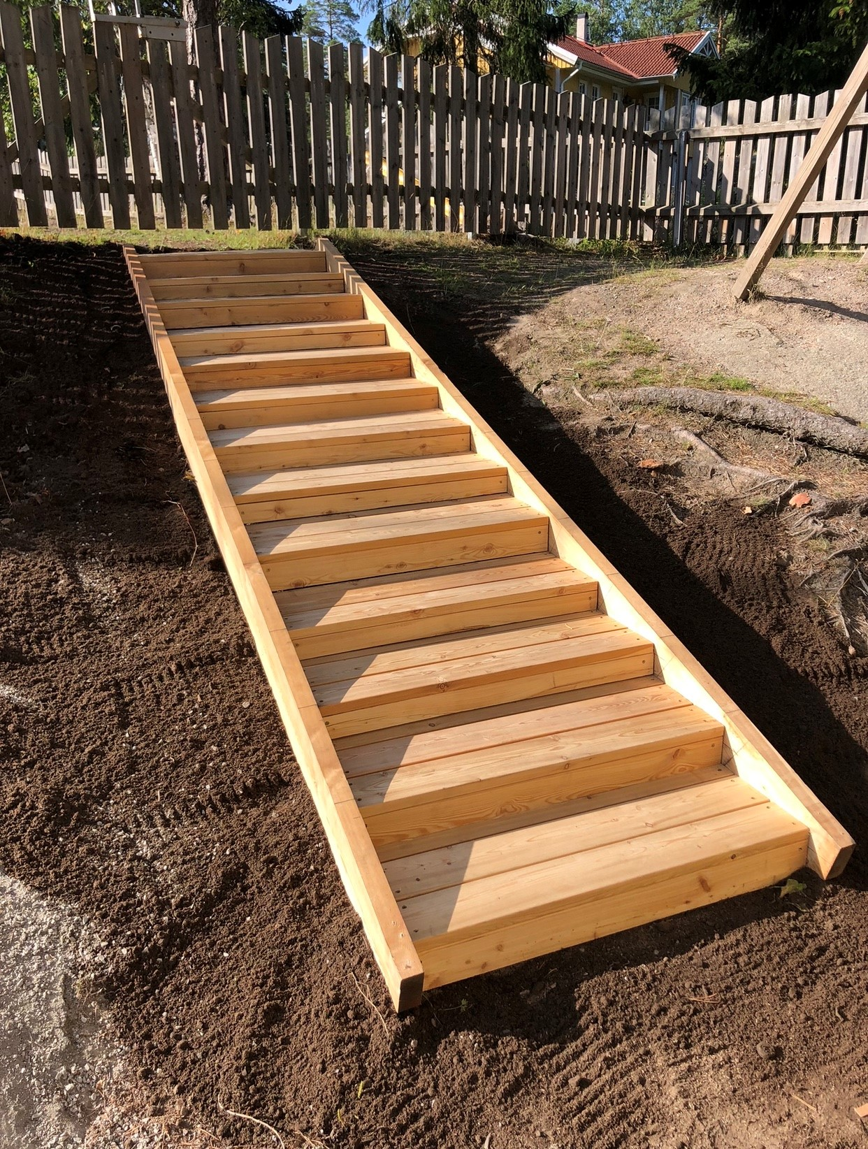 """Referensjobb """"Ny trappa i trädgården"""" utfört av 28 BYGG & ENTREPRENAD VÄRMDÖ AB"""