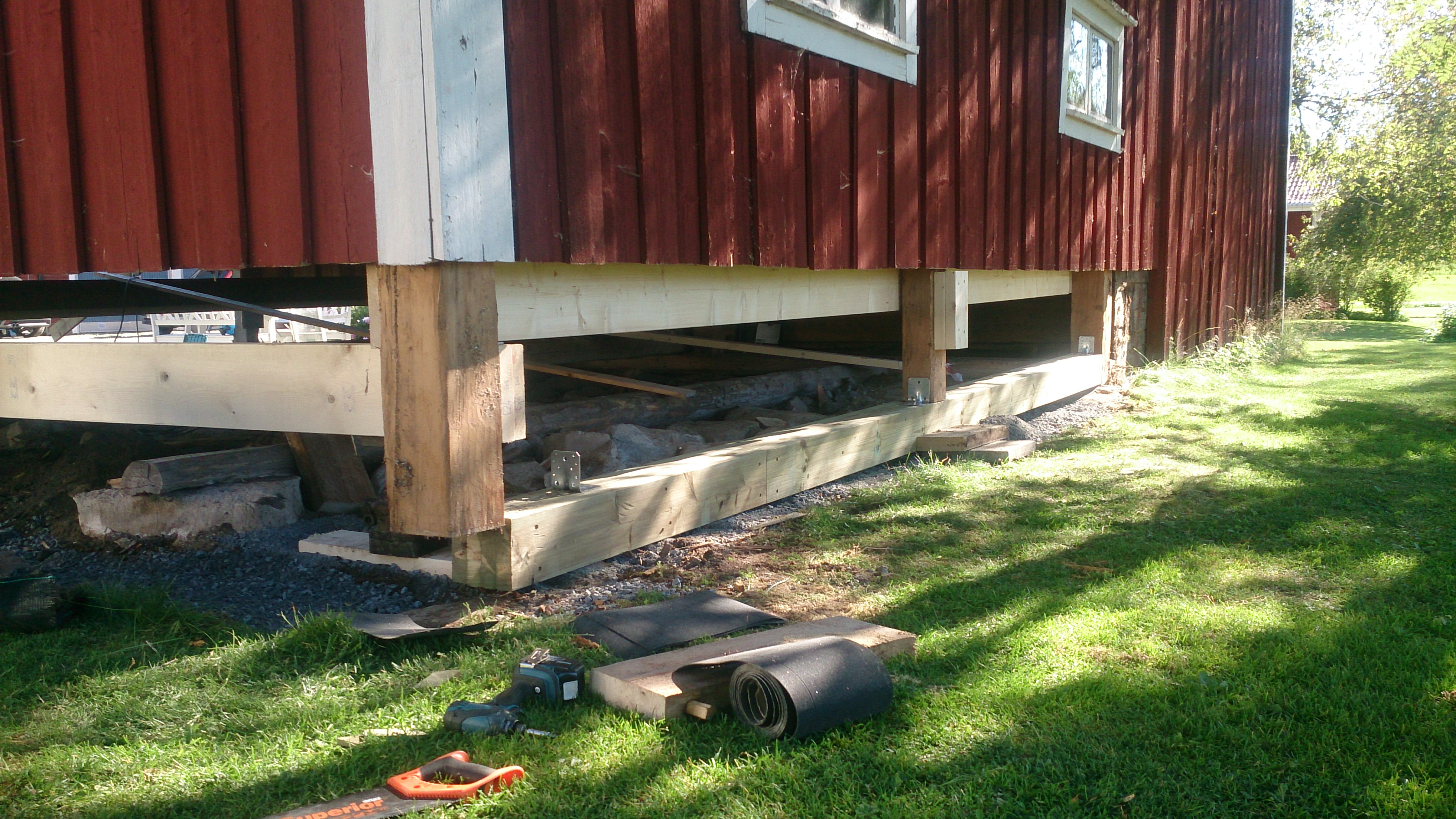 """Referensjobb """"Byte av bottenstock på uthus i två våningar"""" utfört av FJÄLS Bygg AB"""