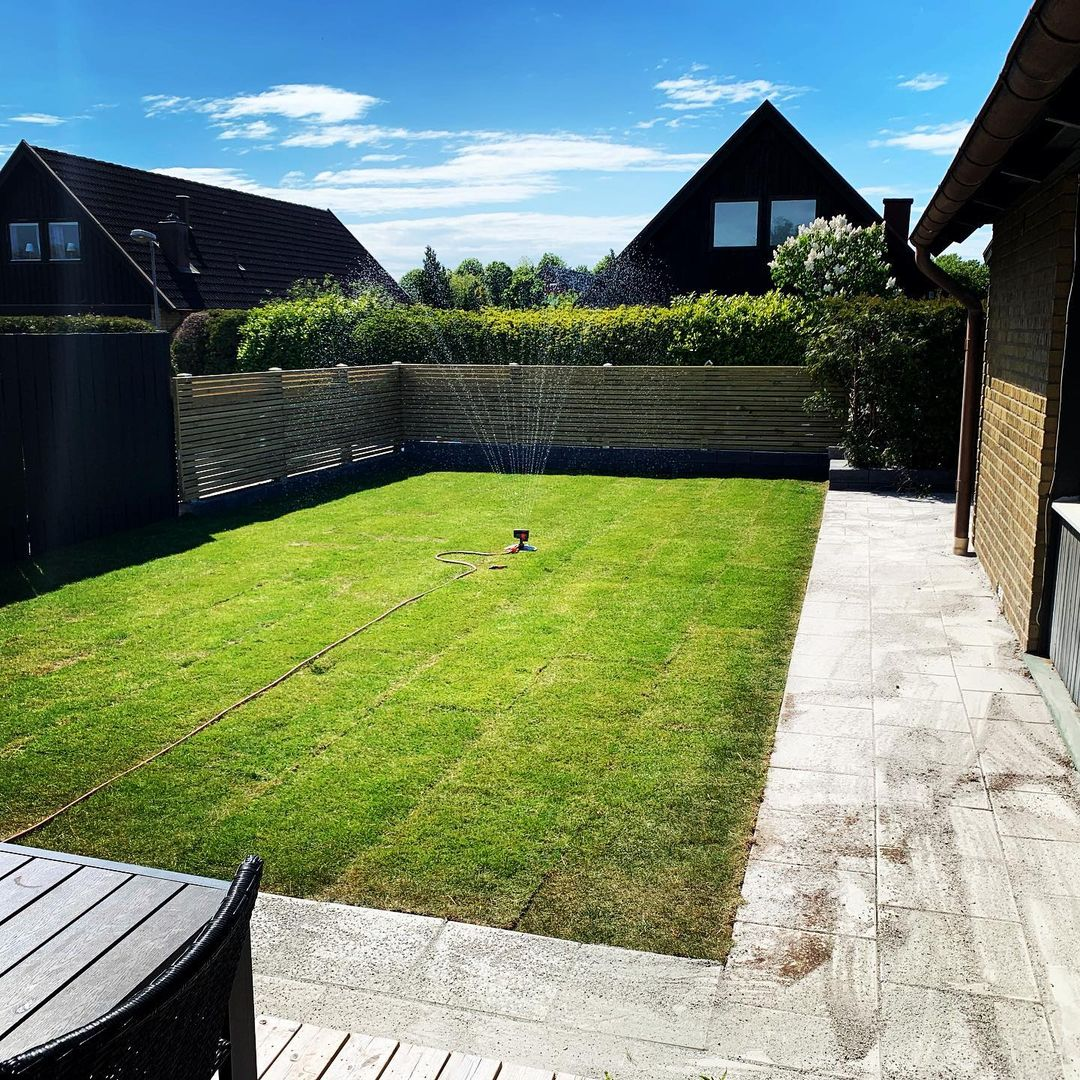 """Referensjobb """"Anläggning gräsmatta , stensättning , staket."""" utfört av A.O.M Projects Sweden AB"""
