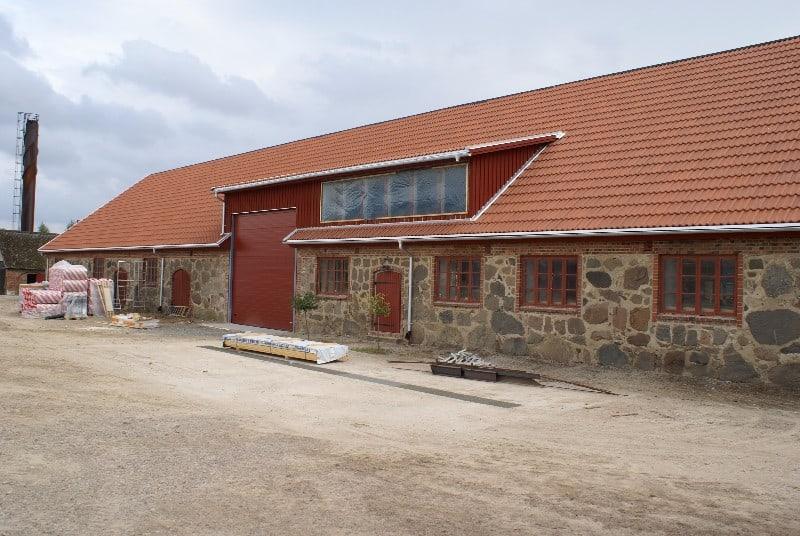 """Referensjobb """"Gamla kulturbyggnader som tillhör Skarhults Slott, byte av tak."""" utfört av Foursix AB"""