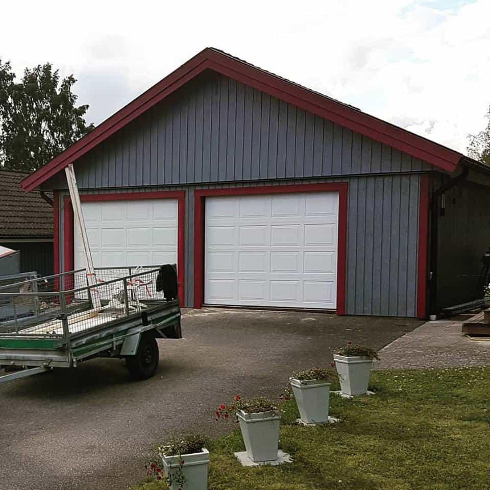 """Referensjobb """"Garageportar, panelbyte, vindskivor, knutbrädor, foder och plåtarbeten."""" utfört av Amfrebo Bygg"""