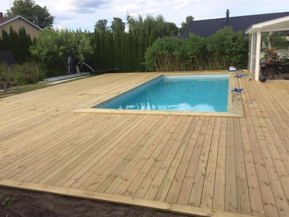 """Referensjobb """"Byggande av altan runt pool i Bålsta!"""" utfört av Radaarko AB"""