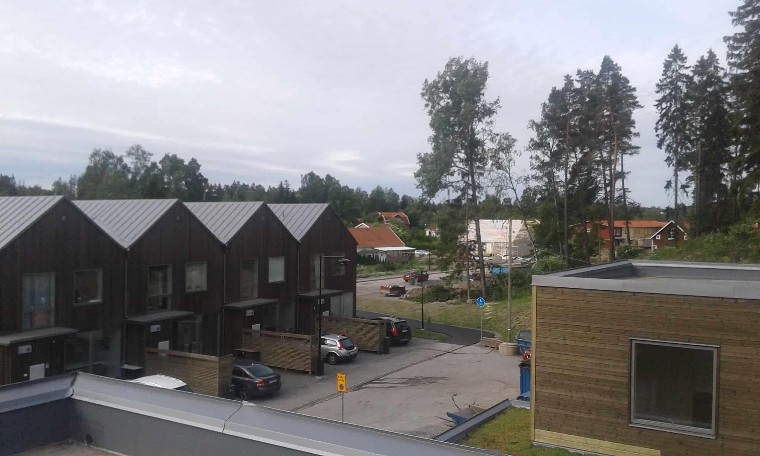 """Referensjobb """"plåttak på 20 villor & 23 radhus  i Huddinge"""" utfört av Kronans Tak & Fasad Plåtslageri AB"""