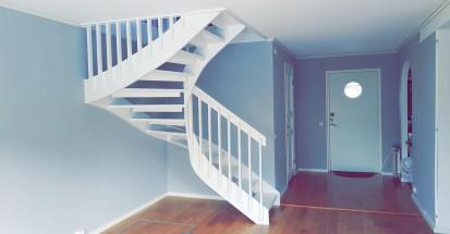 """Referensjobb """"Renovering av hela undervåning (nytt golv, lister, väggar samt trappmålning)"""" utfört av MFD (Måleri och Fastighetsskötsel Denis)"""