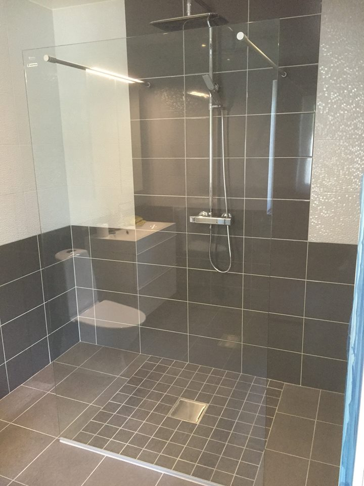 """Referensjobb """"Snyggt badrum med kakel och klinker gjort av ARKA"""" utfört av Arka Golv & Måleri AB"""